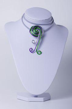 Aludraht-Kettenanhänger-Silber-Lila-Grün-Halskette von Sylo Ketten auf DaWanda.com