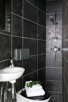 Musta minikylpyhuone Bathtub, Vanity, Saunas, Bathroom, Standing Bath, Dressing Tables, Washroom, Bath Tub, Powder Room