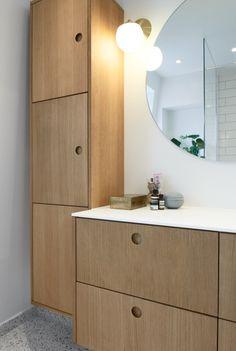 Basis bathroom design in natural oak veneer with a countertop in white GetaCore.