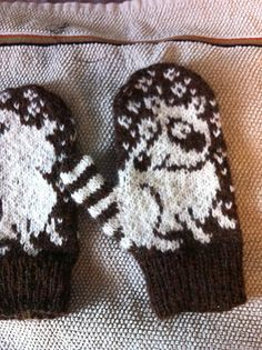 Hitaus: Sen häntä heiluu! http://twistcollective.com/collection/index.php/component/content/article/86-winter-2010-patterns/814-ringo-a-elwood [knit mittens colorwork]