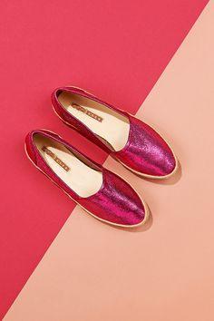 Hot Pink! Slipper in knallfarben sind diesen Sommer so angesagt wie nie. Entdeckt hier unsere schönsten Modelle Pink, Slippers, Flats, Hot, Fashion, New Shoes, Beautiful Models, News, Summer Recipes