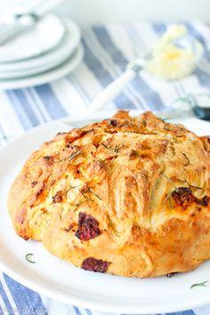 Pão caseiro com tomate seco, alecrim e sal marinho | Cozinha Legal