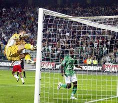 3 octobre 2004: Ligue 1 J09 - ASSE 2/3 OL - Janot furieux après avoir encaissé le but d'égalisation après avoir pourtant détourné le penalty de Juninho. Les Verts ne s'en relèveront pas, encaissant un 3ème but dans la foulée.