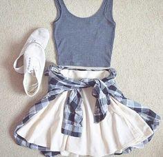 Musculosa, falda, camisa y tenis