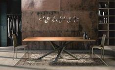 table à manger en bois massif avec un piétement croisé en acier inox
