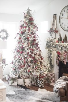 60 elegant christmas decorations ideas 60 elegant ideas for Christmas decoration Christmas Tree Design, Elegant Christmas Decor, Flocked Christmas Trees, Beautiful Christmas Trees, Christmas Tree Themes, Merry Little Christmas, Noel Christmas, Country Christmas, Winter Christmas