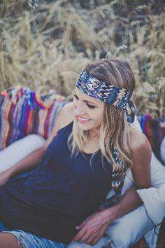 ... Los 60 ...  Una cinta que nos retrotrae a una época en que la #moda marca un antes y un después. Cintas, turbantes, complementos en el pelo que crean símbolos llenos de #fuerza.  Esta cinta recrea los estampados de esta moda, confeccionada en seda #estampada. Goma forrada atrás y lazo para un mejor ajuste.   http://grettandhipp.com/tienda/turbantes/los-60/ y escápate.  Feliz martes  Equipo Grett & Hipp  #Grettandhipp #Cintas #CintasGrett #Complementos #Diademas 