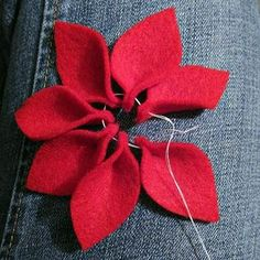 Most up-to-date Pic Crochet crafts searching Thoughts Jacabean Designs: Felt Flower Tutorial Felt Christmas Decorations, Felt Christmas Ornaments, Christmas Poinsettia, Christmas Flowers, Diy Ornaments, Christmas Tree, Felt Flowers, Fabric Flowers, Ribbon Flower