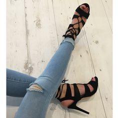 Très jolie chaussure avec talon très haut