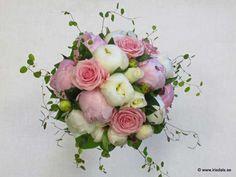 Ljusrött och vitt med rosor och pioner