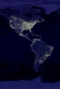 """Nuestro continente desde el espacio por la noche... Esta claro donde """"vive"""" gente y se tienen altos consumos de energía."""