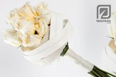 A winter bride, warmly wrapped. The creamy Crème de la Crème rose with the glowing heart is so securely protected that it can radiate to the full. www.bloomtube.com