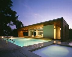 Hout en licht overheersen het Wilton Pool House.  What a great place to store your pool boy ;-)