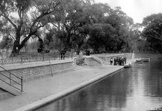El embarcadero del Lago de Chapultepec captado por el fotógrafo Guillermo Kahlo en 1904. Ayer, al igual que hoy, este espacio de recreo ha sido uno de los más populares para disfrutar de un buen rato al aire libre, en compañía de amigos y familiares.