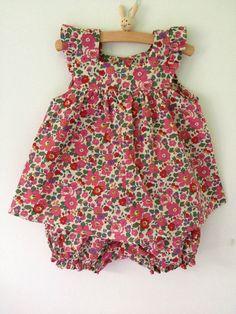 The bazaar of Clem - Kindermode 2020 Baby Girl Dress Patterns, Baby Clothes Patterns, Little Girl Dresses, Girls Dresses, Toddler Sewing Patterns, Baby Dresses, Dress Girl, Baby Girl Fashion, Kids Fashion