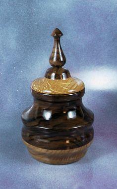 Box made of oak and walnut. By Pakito Soriano. Joyero realizado con bases de roble y nogal. Acabado el laca nitro. PAKITO SORIANO.