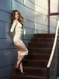 Kate Beckinsale style and elegance showing off her sexy legs in revealing fashion and high heels. Kate Beckinsale Hot, Kate Beckinsale Pictures, Beautiful Celebrities, Most Beautiful Women, Fashion Vestidos, Lady, Look Chic, Tight Dresses, Ideias Fashion