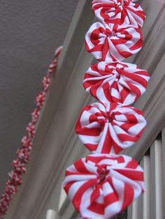 """""""Peppermint"""" yoyo garland for Christmas.     I could do this! I see a trip to JoAnn's in my future!"""