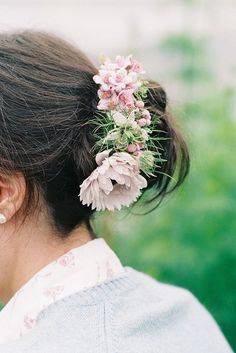 This romantic floral hair comb was made using a variety of pink and white flowers, including anemones, nigellas, deutzias, and scabiosa buds. | Photo by Fine Art Photography by Porter & Taylor | Floral design by The Garden Gate Flower Company