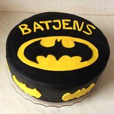 Eine Batman Torte mit Schokolade und Kirschen. Überzogen mit Fondant. Für kleine und große Jungs.