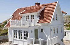 Högt och Lågt utför takomläggning och dränering i Stockholm. Vi utför alla slags byggarbeten och tar väldigt seriöst på det vi gör, stora som små projekt. House With Porch, Cozy House, Exterior Paint, Exterior Design, The Sims, Comfy Cozy Home, Cozy Home Decorating, German Houses, Bungalow