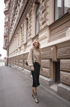 145c567fa ESIINTYMINEN VAASASSA Neue Trends, Street Style Looks, Chanel Street Style,  Sweater Skirt Outfit