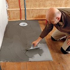 Gluing a shower tray before installation Douche Design, Construction Tools, Concrete Floors, Habitats, Sweet Home, New Homes, Kids Rugs, Flooring, Architecture