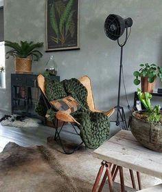 Industrieel interieur. Cognac, beton, groen, zwart, hout.