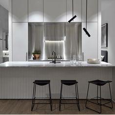 A charmosa combinação de elementos em branco e preto nesta cozinha, obra do escritório Mim Design Studio, ficou ainda mais especial com a presença marcante do aço inox! Uma escolha super moderna, não acha?