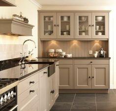 idée très esthétique, cuisine couelur taupe clair, ambiance tranquille, propice à la détente