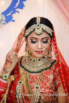 Looking for A bride in red and heavy jewellery? Browse of latest bridal photos, lehenga & jewelry designs, decor ideas, etc. Bridal Hairstyle Indian Wedding, Indian Bridal Photos, Indian Bridal Jewelry Sets, Indian Wedding Makeup, Bridal Jewelry Vintage, Indian Bridal Outfits, Indian Bridal Fashion, Bridal Jewellery, Wedding Jewelry