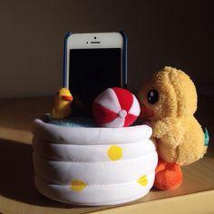 Porta celular B.Duck, pra deixar o seu telefone sempre visível e sua mesa mais fofa!