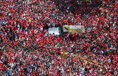 Fotogalería: Marzo   Caracas, Venezuela, 6 de marzo de 2013. Una multitud rodea el coche fúnebre del presidente de Venezuela Hugo Chávez por las calles de Caracas, durante su traslado desde el hospital en el que murió hasta la academia militar. Chávez falleció en Caracas a las 16.25, según anunció oficialmente el vicepresidente Nicolás Maduro. Foto: Prensa de la Presidencia.
