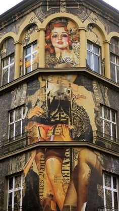 Peintures sur façade - Amsterdam-based collage artist Handiedan recently visited Berlin to add her contribution to Urban Nation's Project M, Nollendorfplatz , a square in the Schöneberg district of Berlin.