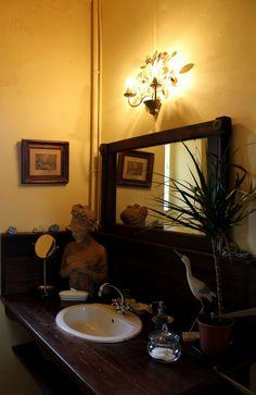 """Décoration de la salle de bain de la Chambre d'hôtes """"Retour des Isles"""" du Château de #Chambiers Réservez votre séjour, dépaysement garanti http://www.chateauchambiers.com/appartement/retour-des-isles/?lang=fr #B&B #château"""