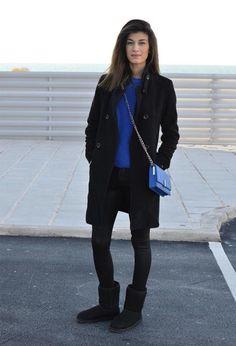 Acheter la tenue sur Lookastic: https://lookastic.fr/mode-femme/tenues/manteau-pull-a-col-rond-jean-skinny-bottes-ugg-sac-bandouliere/5882 — Bottes ugg noires — Jean skinny noir — Manteau noir — Sac bandoulière en cuir bleu — Pull à col rond bleu