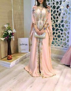 Mens Fashion Tips .Mens Fashion Tips Arab Fashion, Muslim Fashion, Fashion Women, Modesty Fashion, Fashion Dresses, Morrocan Dress, Arabic Dress, Caftan Dress, Party Wear Dresses