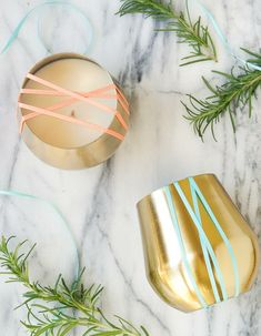 marble countertop, golden vases, filled with candle wax, candle wedding favors, rosemary branches Diy Candles Scented, Gel Candles, Homemade Candles, Mason Jar Candles, Aromatherapy Candles, Candle Wax, Glow Stick Jars, Glow Jars, Velas Diy