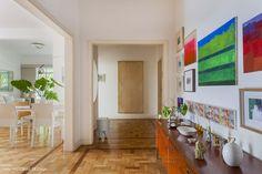 Muito branco e texturas acolhedoras criam a atmosfera tranquila desse apartamento, também pontuado por muitas obras de arte colecionadas pelos moradores.