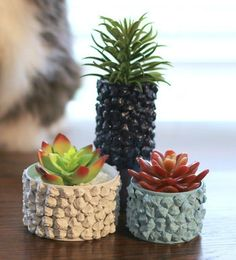 In honor of Earth Day, we are sharing a tin can planter idea using pine cones to add texture. These colorful planters are easy to make and look great sitting on a shelf or as part of a grouping. Tin Can Crafts, Diy And Crafts, Crafts With Tin Cans, Upcycled Crafts, Recycled Cans, Diy Cans, Bubble Painting, Diy Plant Stand, Creation Deco
