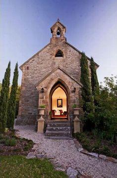 no es una iglesia... antes lo era! ahora es una vivienda