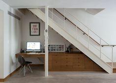 Oficina en casa, aprovechando el hueco de debajo de la escalera