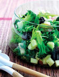 Broccolisalat med æble og brombær