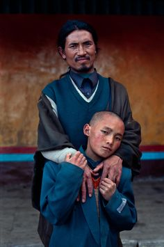 Father and son - Tibet - Steve McCurry Steve Mccurry Portraits, Steve Mccurry Photos, We Are The World, People Around The World, Tibet, Steeve Mc Curry, Vivre A New York, Les Philippines, World Press Photo