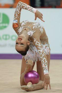 Ekaterina Selezneva fait un exercice au ballon lors du gala du Grand prix de Moscou de gymnastique rythmique, le 19 février 2016