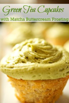 Green tea cupcakes with matcha buttercream frosting are delicious and a perfect dessert. They aren't too heavy or overly sweet, yet they are so satisfying. This recipe is easy to make and creating mini-cupcakes for a party is amazingly delicious with this Gourmet Cupcakes, Cupcake Flavors, Unique Cupcake Recipes, Savory Cupcakes, Cupcake Ideas, Köstliche Desserts, Delicious Desserts, Dessert Recipes, Alcoholic Desserts