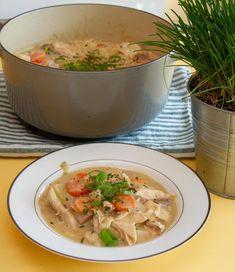 En tallerken med hønsefrikassé Thai Red Curry, Soup, Chicken, Meat, Ethnic Recipes, Alternative, Soups, Cubs