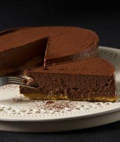 Κάτι ανάμεσα σε τούρτα και τσίζκεϊκ, καθώς αντί για παντεσπάνι έχει τριμμένο μπισκότο.