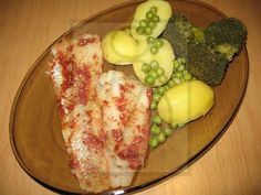 Filet z aljašskej tresky na pare Eggs, Breakfast, Food, Red Peppers, Morning Coffee, Essen, Egg, Meals, Yemek