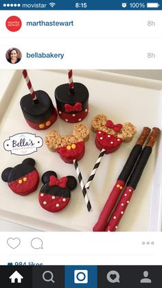 Mickey and Minnie Mouse sweets with striped straws Minni Mouse Cake, Mickey Mouse Treats, Mickey E Minnie Mouse, Mickey Mouse Parties, Mickey Party, Mickey Mouse Desserts, Mickey Mouse Cupcakes, Pirate Party, Mickey 1st Birthdays